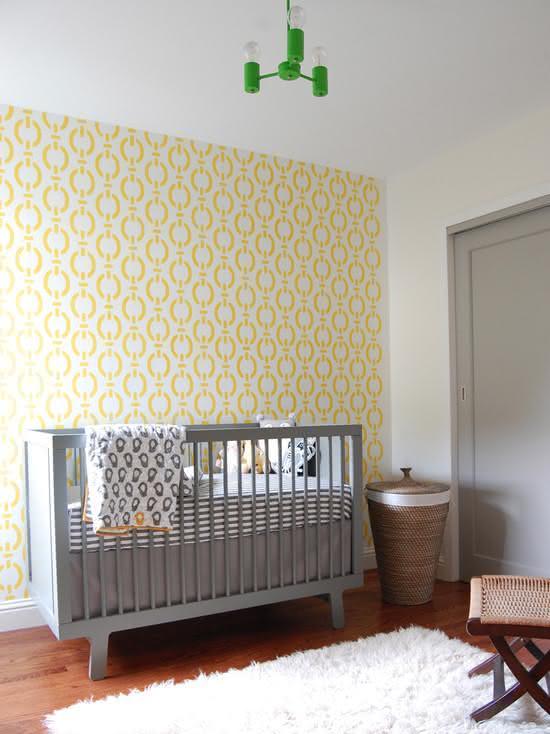 Para um efeito visual mais marcante, aposte em um papel de parede amarelo e de estampas padrão