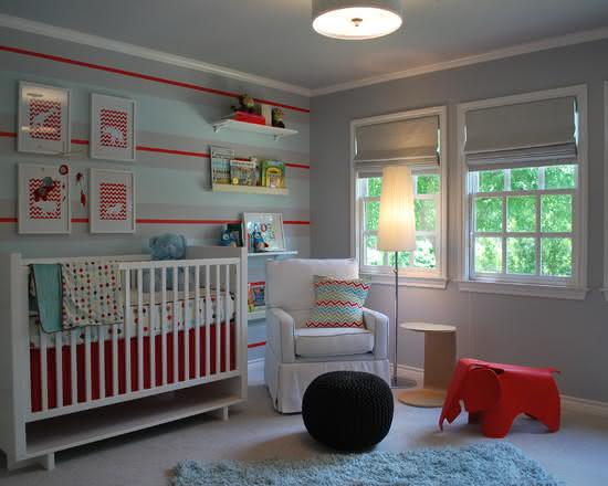 Quarto de bebê com papel de parede