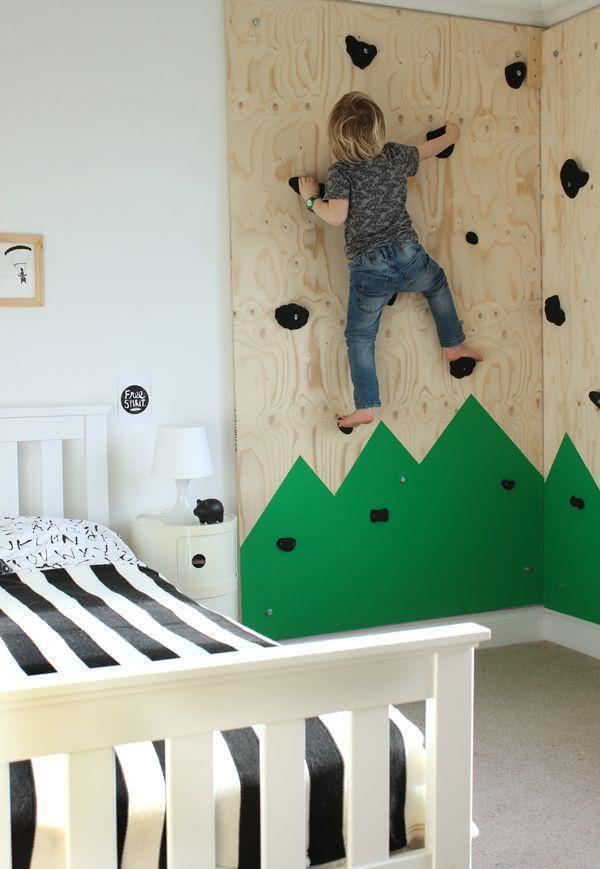 Quarto de menino com parede para escalada