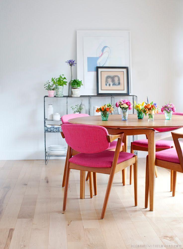 50 salas de jantar decoradas com cadeiras coloridas for Sillas tapizadas estampadas