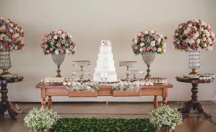 Imagem 26 – Mesa de bolo para casamento com suporte de doces altos