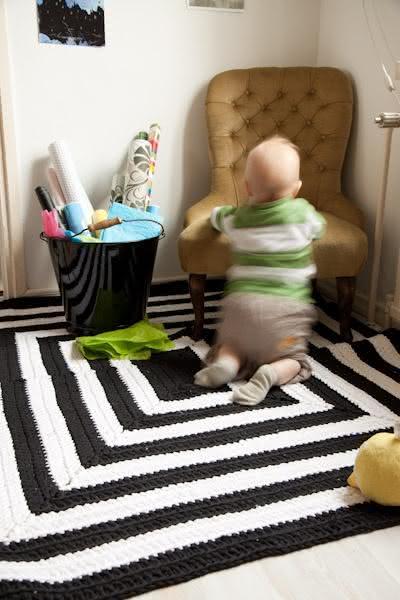 Tapete de crochê preto e branco