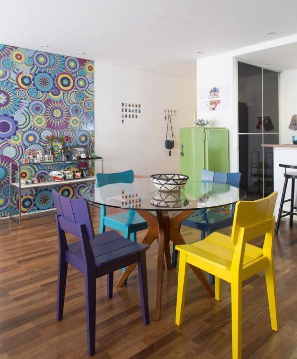 Resultado de imagem para mesa de vidro com cadeiras coloridas