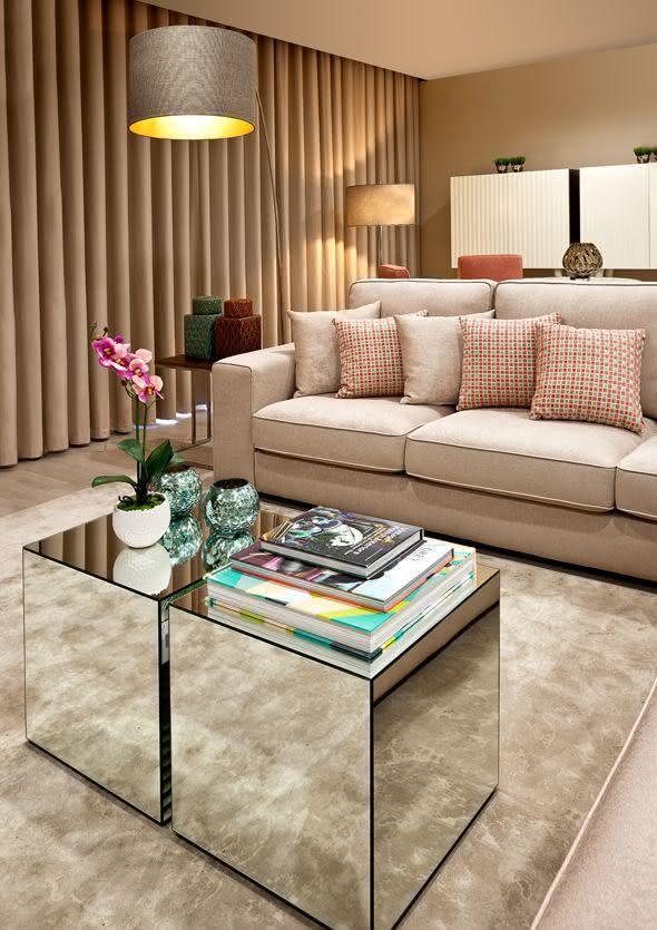 Qual Melhor Tapete Para Sala De Tv ~ Imagem 27 – Mesa de centro espelhada com duas bases pequenas