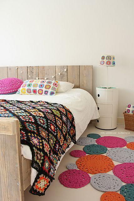Tapete de crochê com bolas coloridas