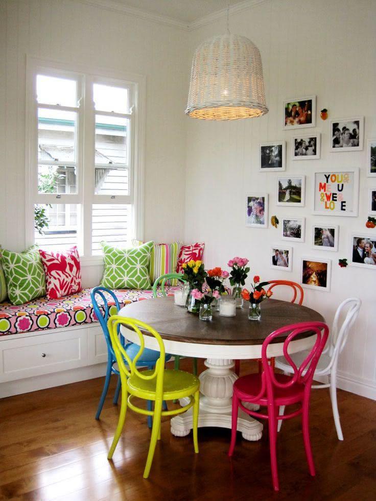 50 salas de jantar decoradas com cadeiras coloridas for Comedor redondo vintage
