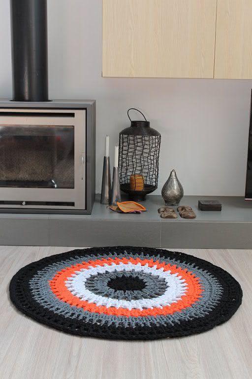 Tapete de crochê em tons de preto, branco e laranja