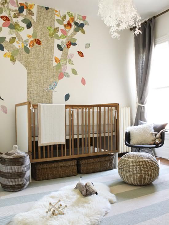 Nesse quarto de bebê, o papel de parede lembra um aplique de patchwork