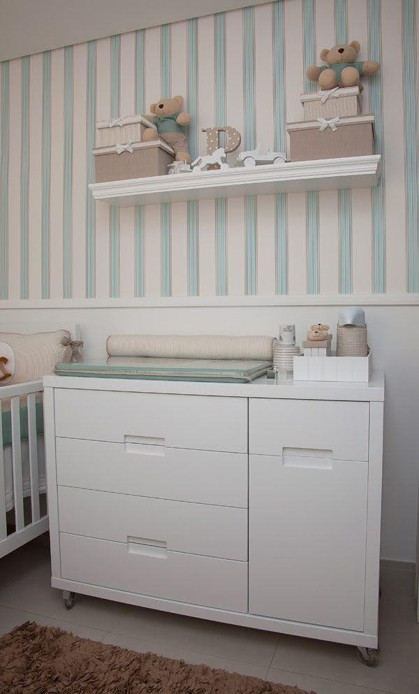 Quarto de bebê com papel de parede listrado