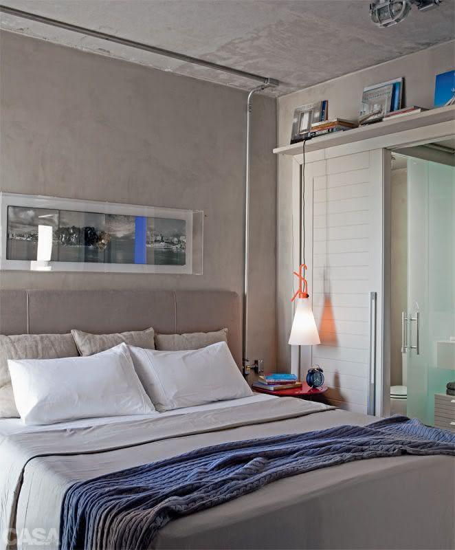 decoracao de apartamentos pequenos quarto casal:Imagem 39 – Quarto de casal pequeno com papel de parede