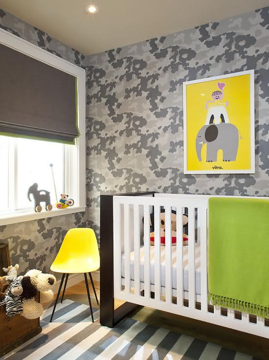 A estampa militar foi usada sem medo nesse papel de parede para quarto de bebê