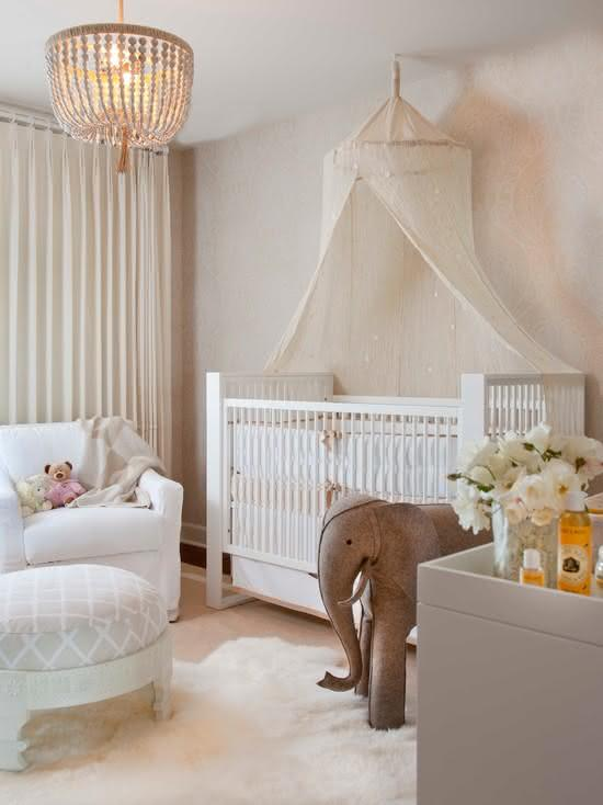 Quarto de bebê com decoração clássica não poderia ter outro papel de parede que não fosse como esse da imagem: neutro e discreto