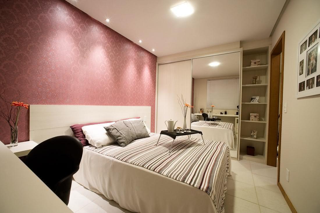 Decoracao De Sala Quarto Pequenos ~ Imagem 42 – Quarto de casal pequeno com papel de parede rosa