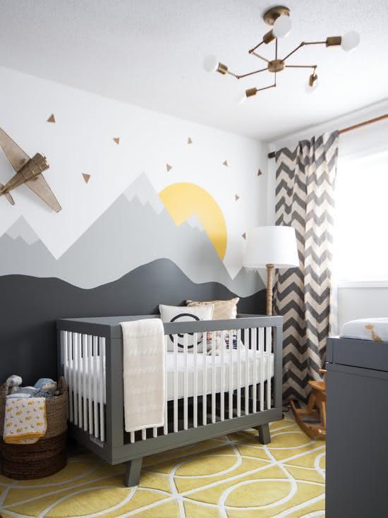Paisagem completa para o bebê se distrair: montanhas, sol e avião tudo no papel de parede