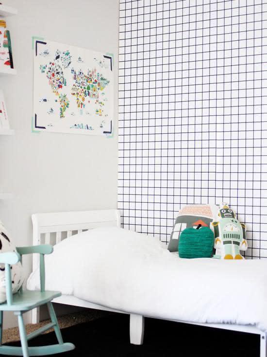 Quarto de bebê com papel de parede quadriculado