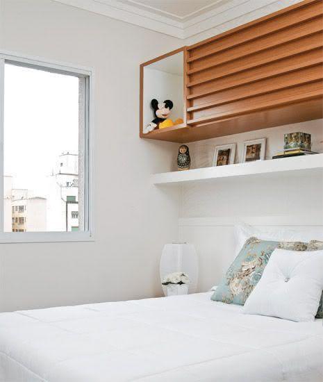 Quarto de casal pequeno com nicho e armário acima da cama