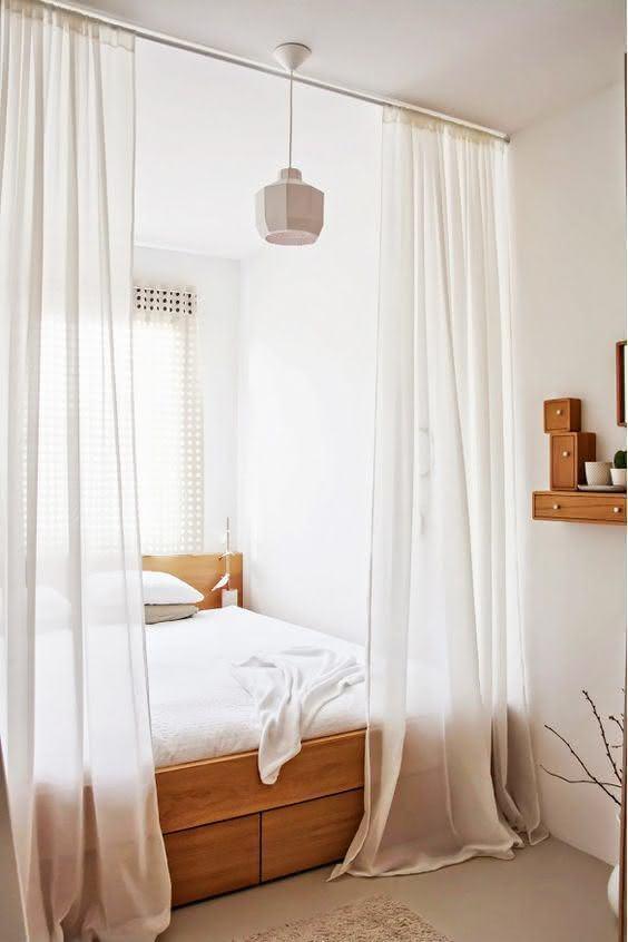 A cortina dá todo toque especial, além de dividir o ambiente utilizando menos espaço