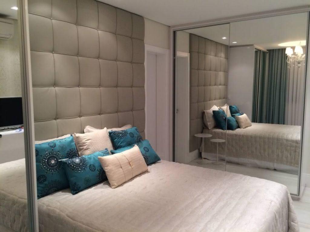 A cabeceira estofada acrescenta o charme para este quarto