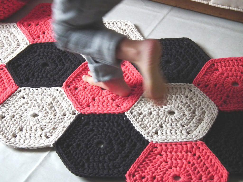 Tapete de crochê estilo passadeira com linda composição de cores