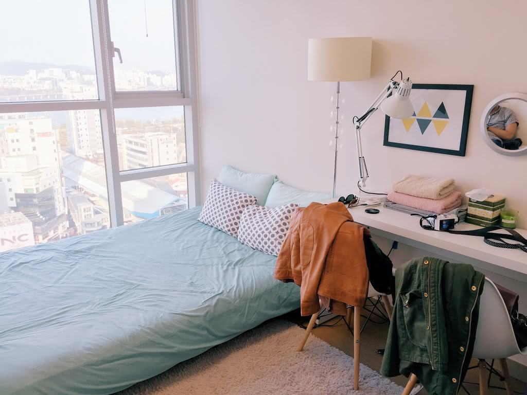 Quarto simples com cama e escrivaninha