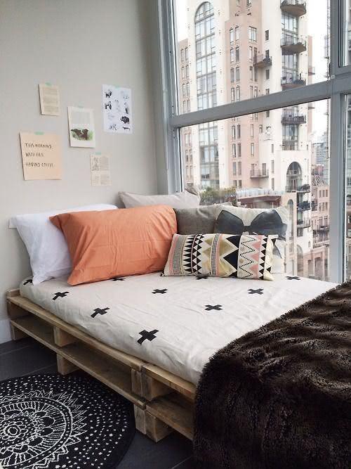 Decoração simples com cama feita de paletes