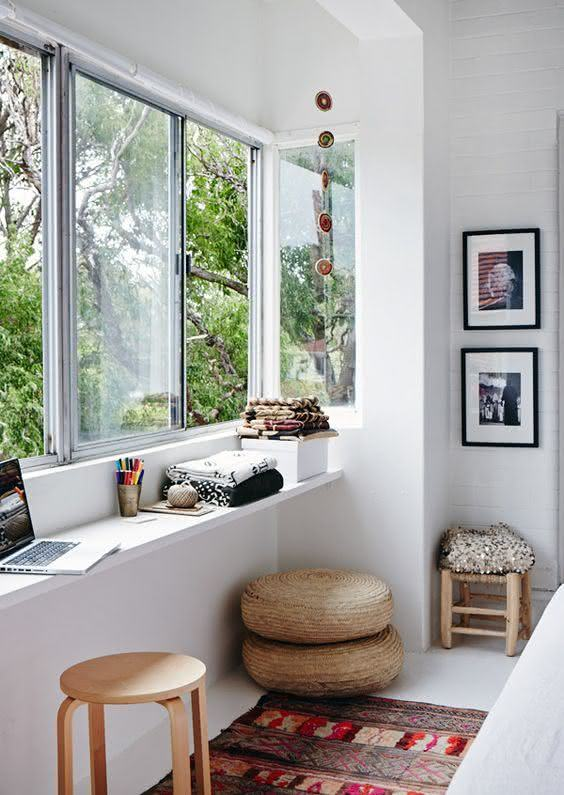 Utilize o espaço próximo a janela para montar um home office.