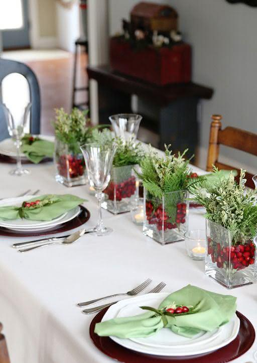 Mesa de Natal com decoração verde e vermelha