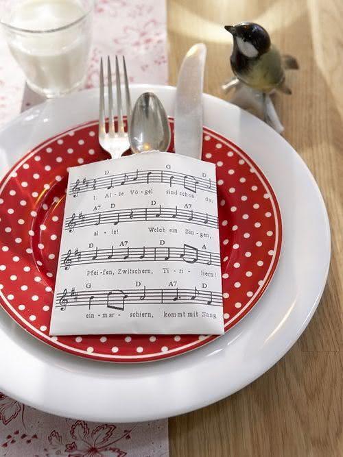 Mesa com porta talheres de papel e prato de poá