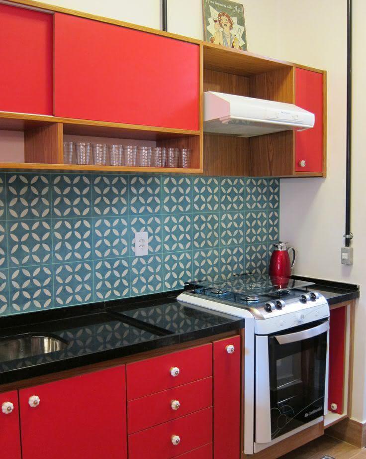Imagem 36 – Decoração vintage para cozinha com armário vermelho