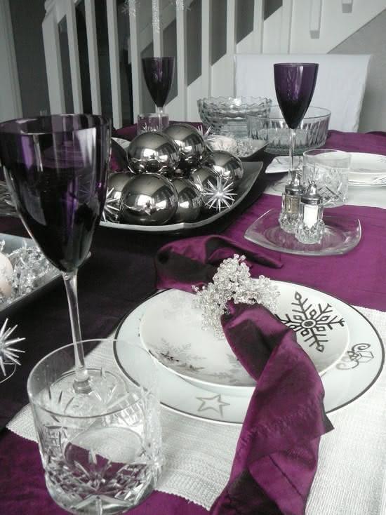 Mesa de Natal com decoração roxa