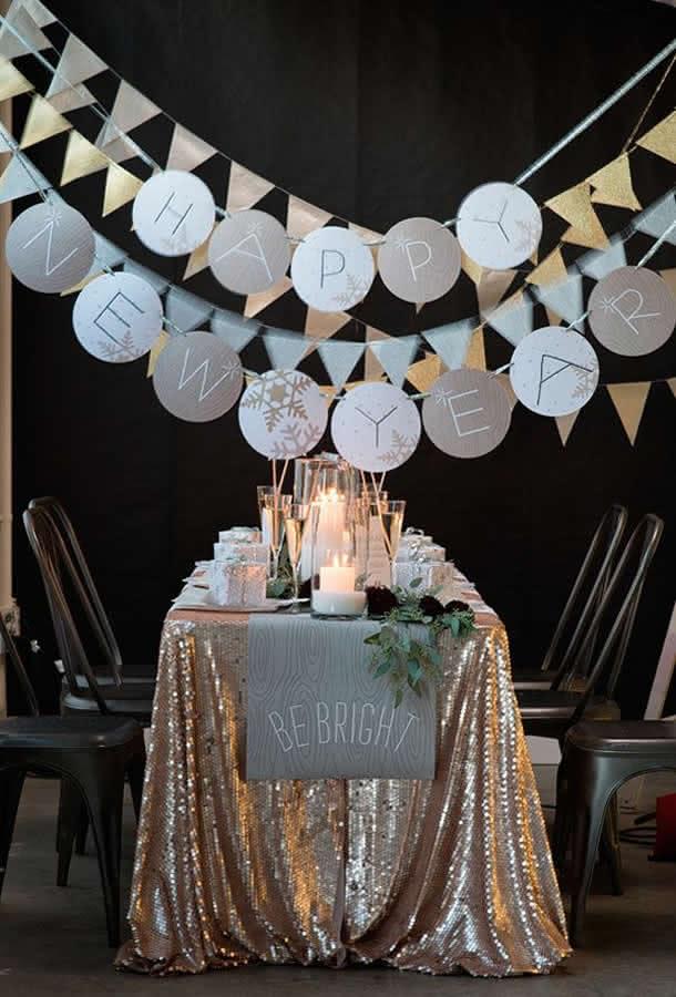 Utilize uma toalha brilhante, de preferência em paetê, para decorar sua mesa de Reveillon