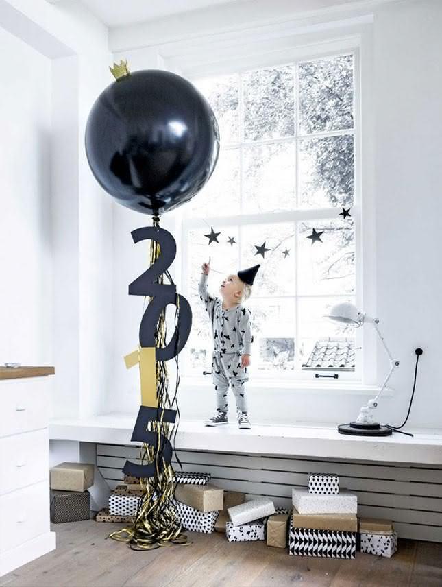 Coloque o ano no balão de Reveillon