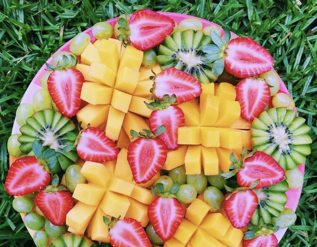 O corte da fruta deve ser bem planejado para que a composição fique bonita e atrativa