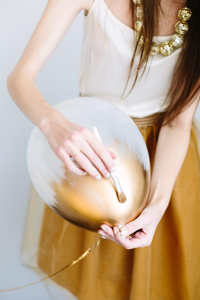 Pinte um balão branco com tinta ou spray dourado