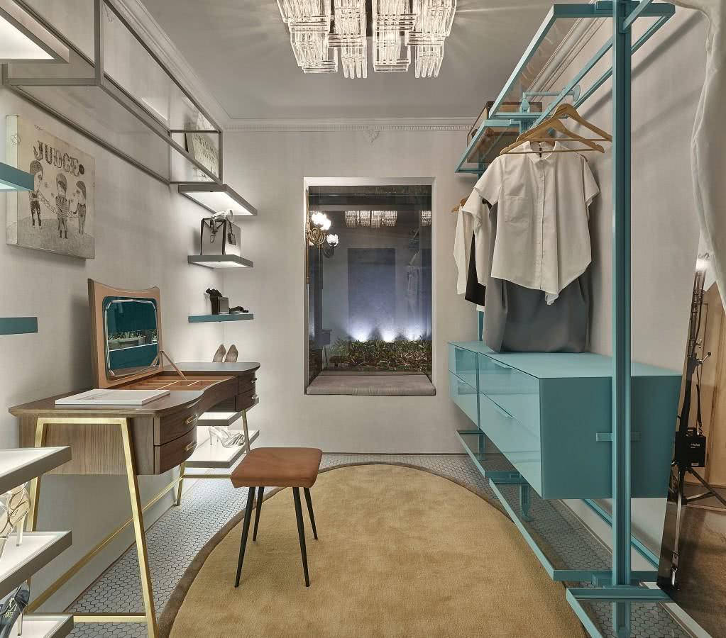 Monte um espaço com closet e penteadeira.