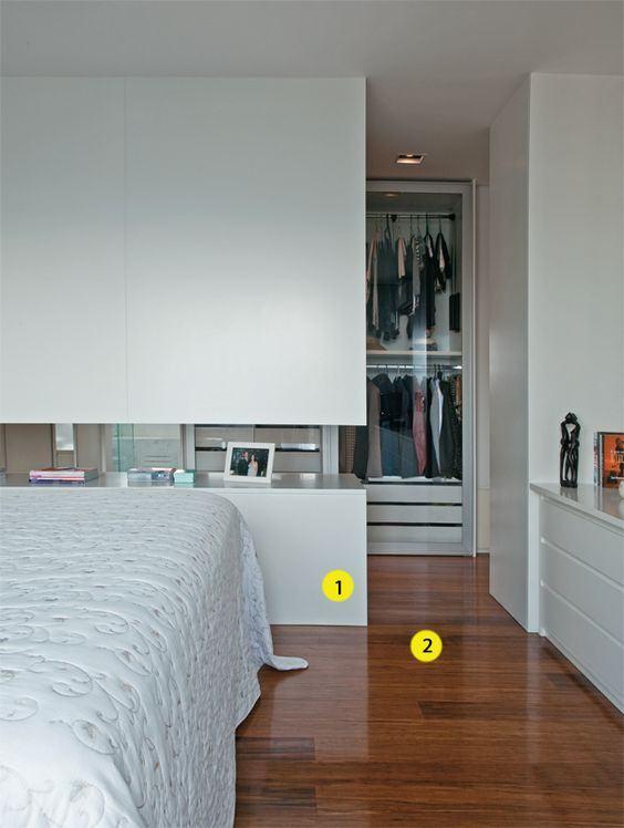 Já pensou montar seu closet atrás da cama?