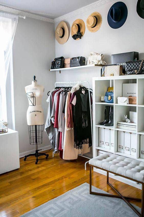 Os próprios acessórios podem fazer parte da decoração do closet.