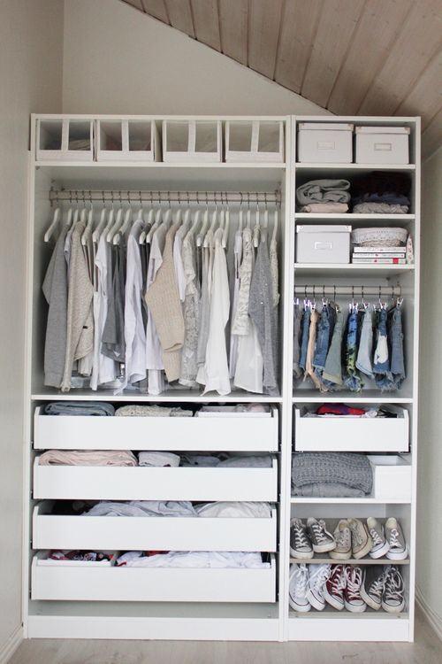 Qualquer cantinho sem uso pode ser transformando em um bom espaço para montar um closet.