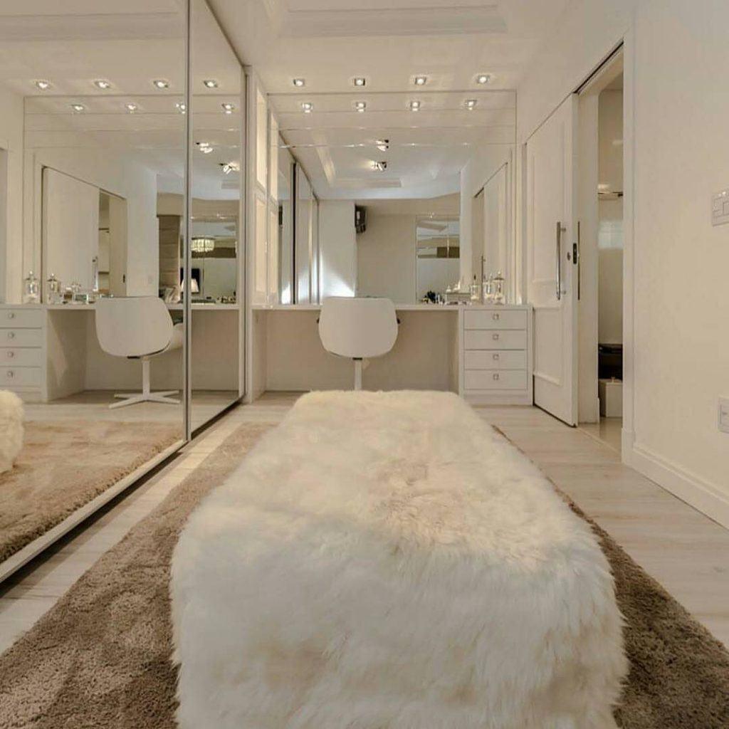 Deixe o espaço clean com o uso de cores claras e muito espelho no ambiente.