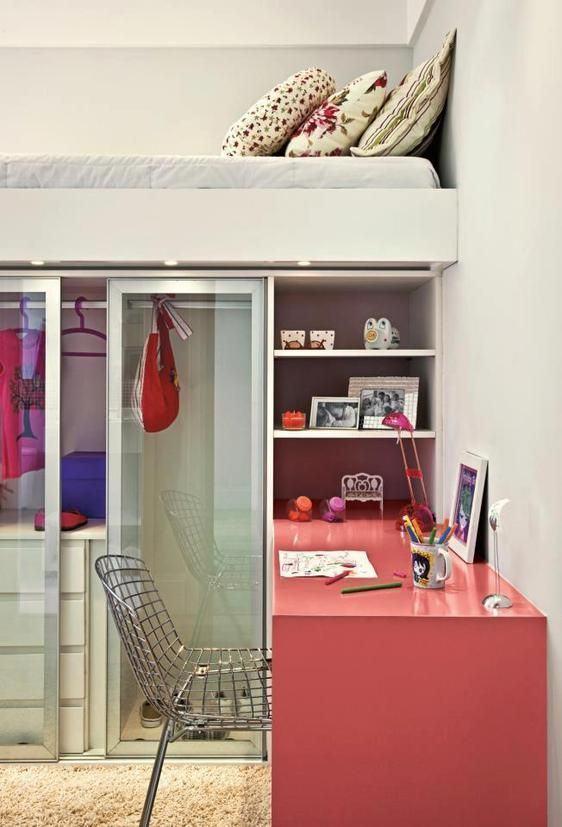 Para quartos pequenos tente organizar cada cantinho de acordo com as atividades do dono.