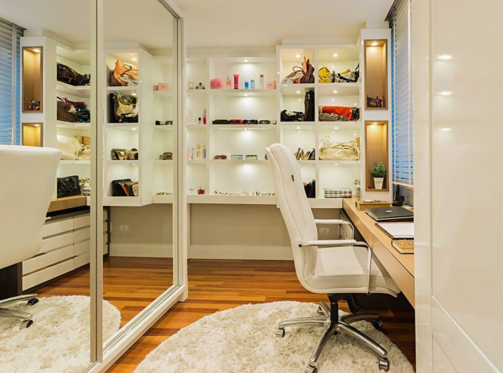 Closet e home office integrados.