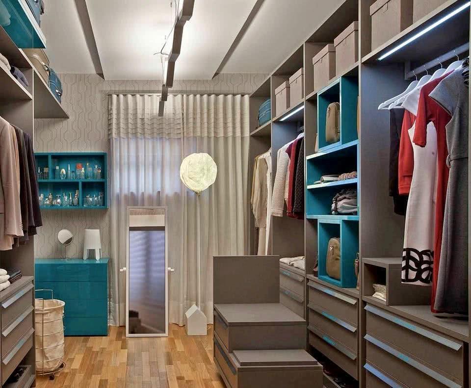 Um móvel multifuncional para alcançar até mais alto deixa o closet mais prático