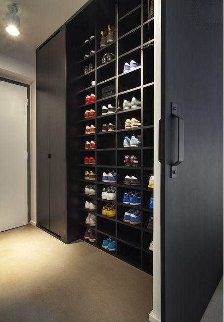 Prateleiras é uma ótima forma para guardar sapatos ou blusas empilhadas.