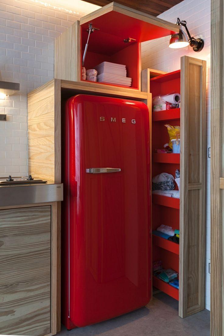 O vermelho entrou de forma delicada nesta cozinha