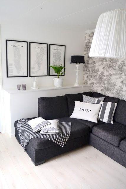 A prateleira suspensa na parede ficou na medida certa para o sofá.