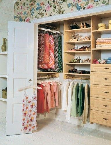 Um closet embutido na parede do quarto é uma ótima forma para economizar espaço.