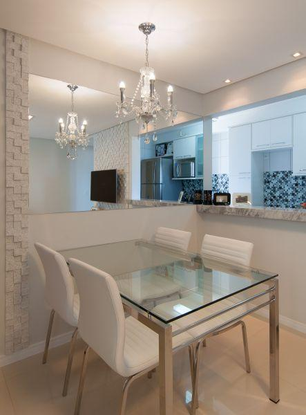 Sala De Estar Toda Branca ~ decoracao sala toda brancaImagem 17 – Sala de jantar com espelho em