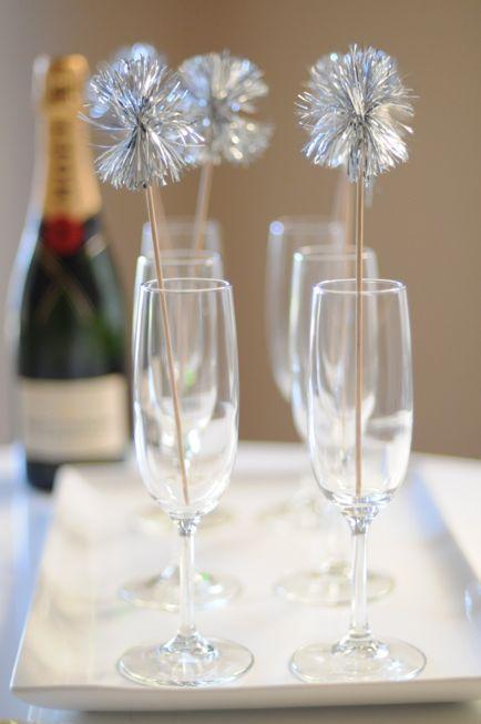 Taça de champanhe com decoração prata para festa de Reveillon