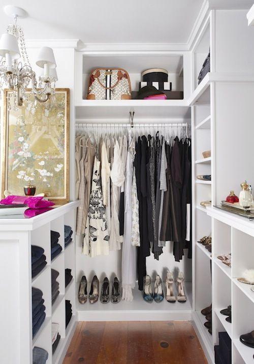 Uma estante baixa divide o ambiente e deixa a visibilidade de todo o restante do quarto.
