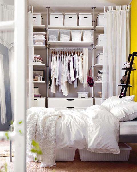 As cortinas fazem um ótimo papel para esconder o closet no quarto.